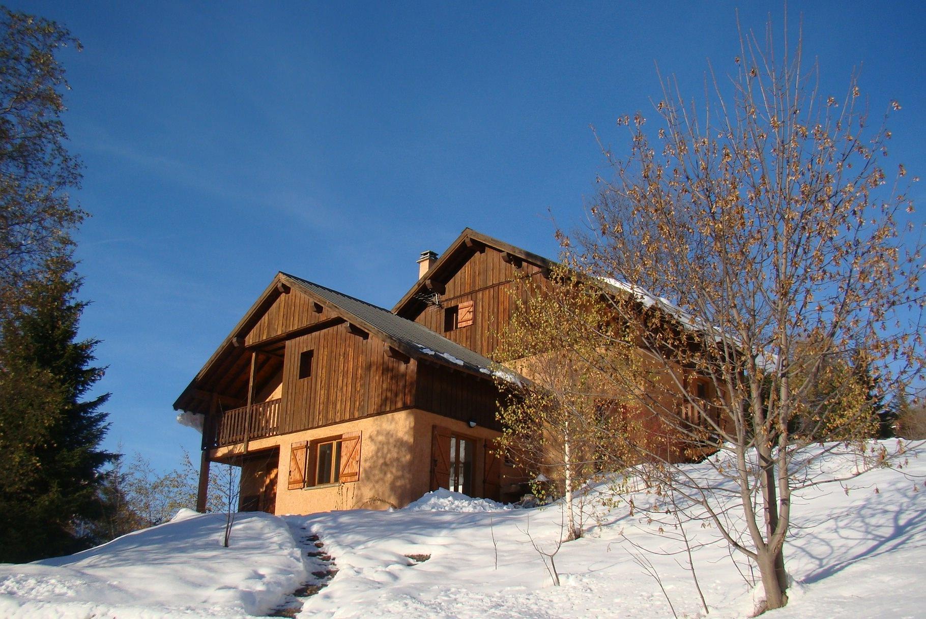 Chalet Rouge ou Blanc in de sneeuw